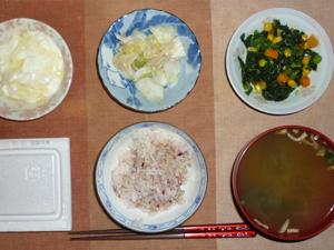 胚芽押麦入り五穀米,納豆,白菜の漬物,ほうれん草とミックスベジタブルのソテー,ワカメのおみそ汁,オリゴ糖入りヨーグルト