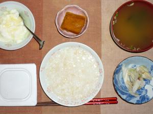 玄米粥,納豆,カボチャの煮物,白菜の漬物,ほうれん草とワカメのおみそ汁,オリゴ糖入りヨーグルト