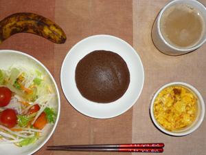 チョコパンケーキ,サラダ(キャベツ、レタス、水菜、大根、トマト),玉葱入りスクランブルエッグ,バナナ,コーヒー