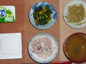 胚芽押麦入り五穀米,納豆,ほうれん草とミックスベジタブルのソテー,もやしのわさび醤油和え,ワカメのおみそ汁,ヨーグルト
