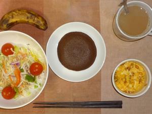チョコパンケーキ,サラダ(キャベツ、大根、トマト),玉葱入りスクランブルエッグ,バナナ,コーヒー