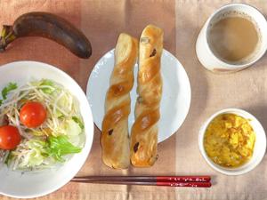 レーズンパン×2,サラダ(キャベツ、レタス、水菜、大根、トマト),玉葱入りスクランブルエッグ,バナナ,コーヒー