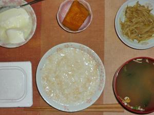 玄米粥,納豆,もやしのわさび醤油和え,カボチャの煮物,ワカメとほうれん草の煮物,オリゴ糖入りヨーグルト