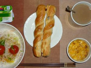 レーズンパン×2,サラダ(キャベツ、大根、水菜、トマト),玉葱入りスクランブルエッグ,ヨーグルト,コーヒー