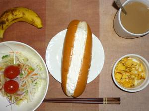 ミルクホイップコッペ,サラダ(キャベツ、大根、レタス、トマト),玉葱入りスクランブルエッグ,バナナ,コーヒー