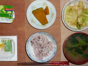 胚芽押麦入り五穀米,納豆,キャベツのにんにく醤油炒め,カボチャの煮物,ほうれん草のおみそ汁,ヨーグルト
