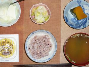胚芽押麦入り五穀米,納豆,白菜の漬物,カボチャの煮物,ワカメのおみそ汁,オリゴ糖入りヨーグルト