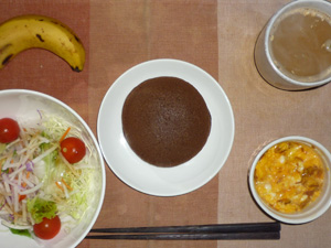 チョコパンケーキ,サラダ(キャベツ、レタス、大根、トマト),玉葱入りスクランブルエッグ,バナナ,コーヒー