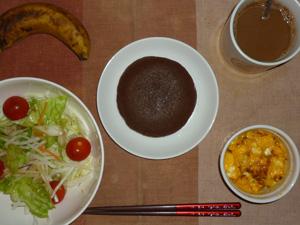 チョコパンケーキ,サラダ(キャベツ、レタス、大根,トマト),玉葱入りスクランブルエッグ,バナナ,コーヒー