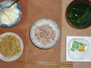 胚芽押麦入り五穀米,納豆,もやしのわさび醤油和え,ほうれん草のおみそ汁,オリゴ糖入りヨーグルト