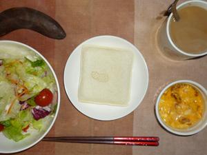 ランチパックピーナッツ,サラダ(キャベツ、レタス、とんと),玉葱入りスクランブルエッグ,バナナ,コーヒー