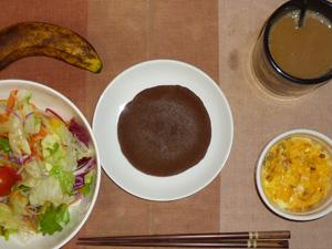 チョコパンケーキ,サラダ(キャベツ、レタス、トマト),玉葱入りスクランブルエッグ,バナナ,コーヒー