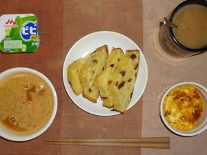 パネトーネ,トマトスープ,玉葱とジャガイモのココット,アロエヨーグルト,コーヒー