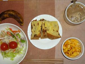 パネトーネ,サラダ(キャベツ、レタス、大根、トマト),玉葱入りスクランブルエッグ,バナナ,コーヒー