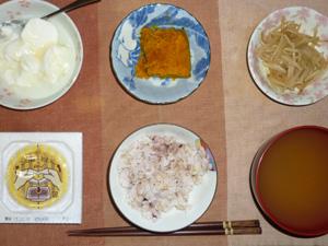胚芽押麦入り五穀米,納豆,もやしのわさび醤油和え,カボチャの煮物,ワカメのおみそ汁,オリゴ糖入りヨーグルト
