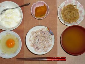 胚芽押麦入り五穀米,卵,もやしのわさび醤油和え,カボチャの煮物,ワカメのおみそ汁,オリゴ糖入りヨーグルト