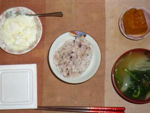 胚芽押麦入り五穀米,納豆,カボチャの煮物,玉葱とほうれん草のおみそ汁,オリゴ糖入りヨーグルト