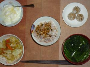 胚芽押麦入り五穀米,鰹のふりかけ,焼売×3,キャベツと人参のお野菜炒め,ほうれん草のおみそ汁,オリゴ糖入りヨーグルト