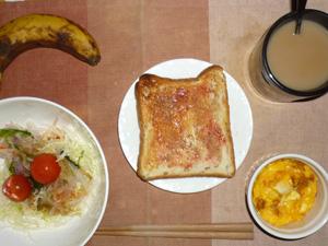 イチゴジャムトースト,サラダ(キャベツ、レタス、大根、トマト),玉葱入りスクランブルエッグ,バナナ,コーヒー