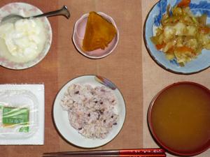 胚芽押麦入り五穀米,納豆,カボチャの煮物,野菜炒め,ワカメのおみそ汁,オリゴ糖入りヨーグルト