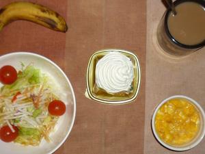 ケーキ,サラダ(キャベツ、大根、レタス、トマト),ひき肉入りスクランブルエッグ,バナナ,コーヒー