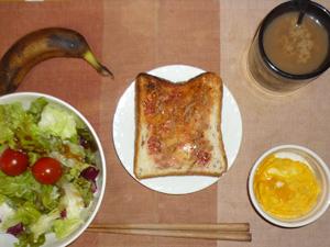 イチゴジャムトースト,サラダ(キャベツ、レタス、玉ねぎ、トマト),スクランブルエッグ,バナナ,コーヒー