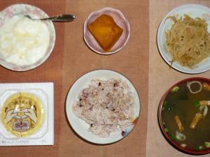 胚芽押し麦入り五穀米,納豆,もやしの炒め物,カボチャの煮物,ワカメとほうれん草のお味噌汁,オリゴ糖入りヨーグルト
