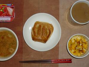 アップルパイ,トマトスープ,玉ねぎ入りスクランブルエッグ,ヨーグルト,コーヒー