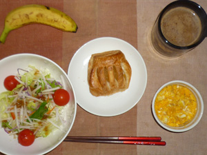 アップルパイ,サラダ(キャベツ、大根、レタス、トマト),鶏ひき肉入りスクランブルエッグ,バナナ,コーヒー