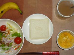 ランチパックピーナッツ,サラダ(キャベツ、大根、水菜、トマト),卵とジャガイモのココット,バナナ,コーヒー