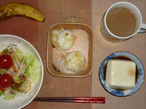 丸餅×2,サラダ(キャベツ、大根、大根、レタス、トマト),温奴,バナナ(S),コーヒー