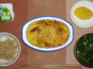 ペンネとベーコンのグラタン,もやしの生姜醤油炒め,プチオムレツ,ほうれん草とわかめのお味噌汁,アロエヨーグルト