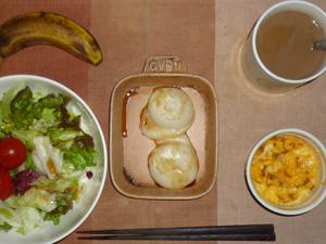 丸餅×2,サラダ(キャベツ、レタス、トマト),玉ねぎ入りスクランブルエッグ,バナナ,コーヒー
