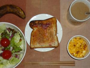 イチゴジャムトースト,サラダ(キャベツ、レタス、トマト),玉ねぎ入りスクランブルエッグ,バナナ,コーヒー