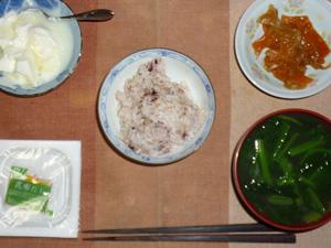 胚芽押し麦入り五穀米,納豆,もやしと人参の炒め物ほうれん草とワカメのお味噌汁,オリゴ糖入りヨーグルト