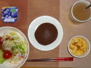 チョコパンケーキ,サラダ(キャベツ、大根、水菜、トマト),玉ねぎ入りスクランブルエッグ,ブルーベリーヨーグルト,コーヒー