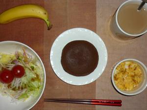 チョコパンケーキ,サラダ(キャベツ、レタス、大根、トマト),玉ねぎ入りスクランブルエッグ,バナナ,コーヒー