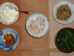 胚芽押し麦入り五穀米,鶏の唐揚げ,もやしのニンニク醤油炒め,ほうれん草のお味噌汁,オリゴ糖入りヨーグルト