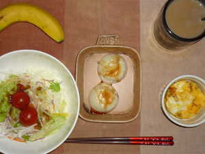 丸餅×2,サラダ(キャベツ、レタス、大根、トマト),玉ねぎ入りスクランブルエッグ,バナナ,コーヒー