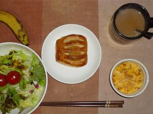 アップルパイ,サラダ(キャベツ、レタス、トマト),玉葱入りスクランブルエッグ,バナナ,コーヒー