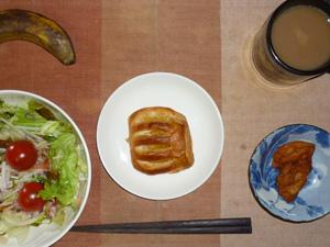 アップルパイ,鶏の唐揚げレモン汁かけ,サラダ(キャベツ、大根、レタス、トマト),バナナ,コーヒー