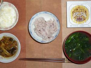 胚芽押し麦入り五穀米,納豆,ナスともやしの肉みそ炒め,ほうれん草とワカメのお味噌汁,オリゴ糖入りヨーグルト