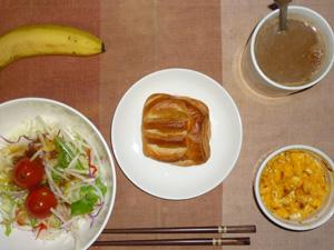 アップルパイ,サラダ(キャベツ、レタス、大根、水菜、トマト),玉葱入りスクランブルエッグ,バナナ,コーヒー