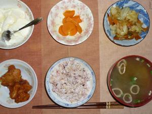 胚芽押麦入り五穀米,鶏の唐揚げ,野菜炒め,人参の煮物,ワカメとほうれん草のおみそ汁,オリゴ糖入りヨーグルト