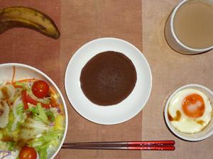 チョコパンケーキ,サラダ(キャベツ、レタス、トマト),目玉焼き,バナナ,コーヒー