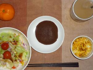 チョコパンケーキ,サラダ(キャベツ、レタス、トマト),玉葱入りスクランブルエッグ,みかん,コーヒー