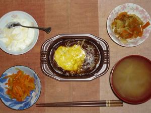 ハッシュドビーフドリア,人参と玉葱のソテー,野菜炒め(肉味噌味),もやしのおみそ汁,オリゴ糖入りヨーグルト