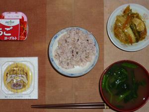 胚芽押麦入り五穀米,納豆,野菜の肉味噌炒め,ほうれん草とワカメのおみそ汁,ヨーグルト