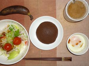チョコパンケーキ,サラダ(キャベツ、レタス、大根、トマト),目玉焼き,バナナ,コーヒー