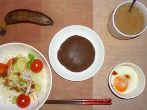 チョコパンケーキ,サラダ(キャベツ、大根、レタス、トマト),目玉焼き,バナナ,コーヒー